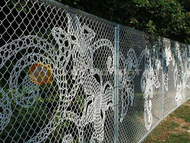Покрасили забор с сеткой в белый цвет