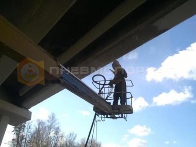 Произвели пескоструйную очистку моста