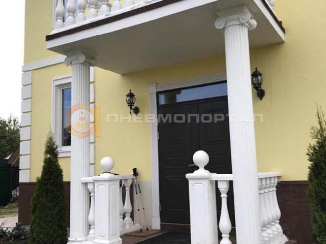 Очистили поверхность балконного ограждения и колонн