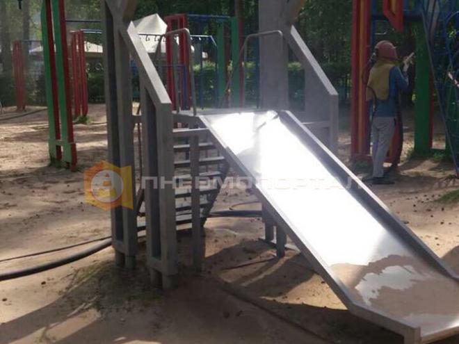 Произвели пескоструйную обработку детской площадки