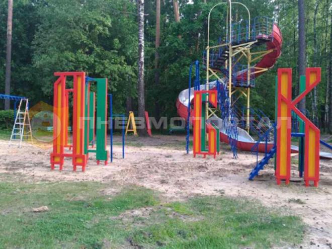 Завершили покраску детской площадки