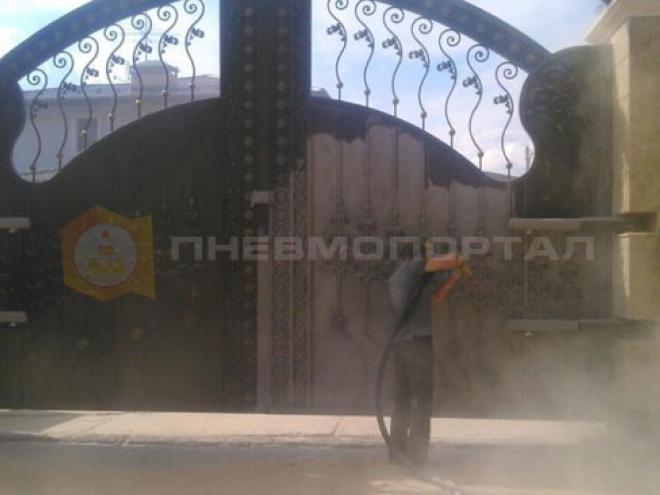 Очистили кованые ворота пескоструем