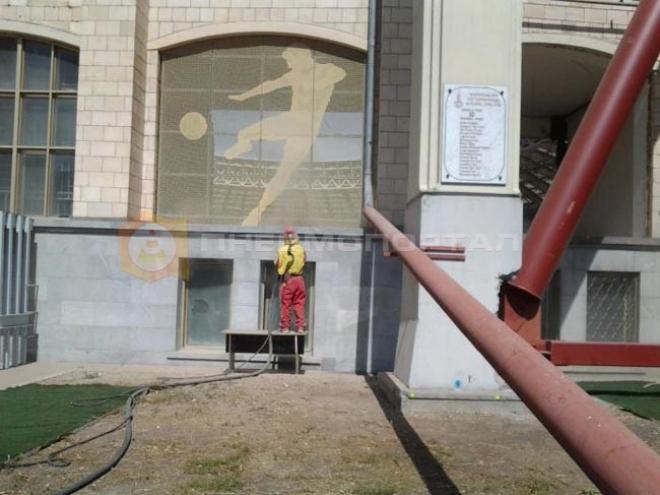 Произвели очистку главного сооружения комплекса «Лужники»