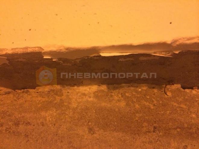 Удалили шпатлевку со стен в подземном переходе
