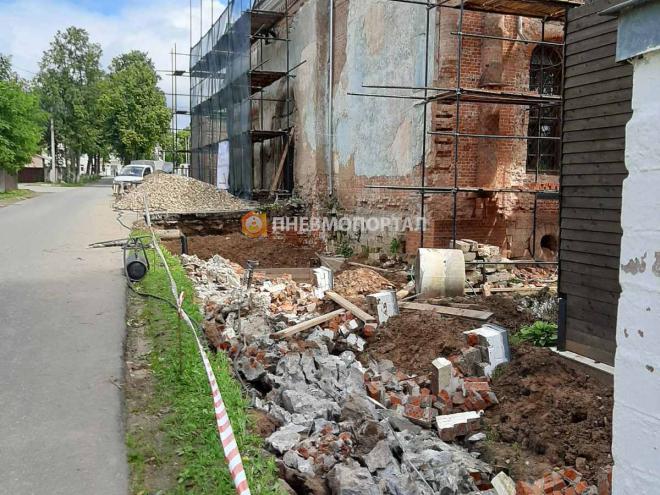Демонтаж кирпичных столбов и ленточного фундамента
